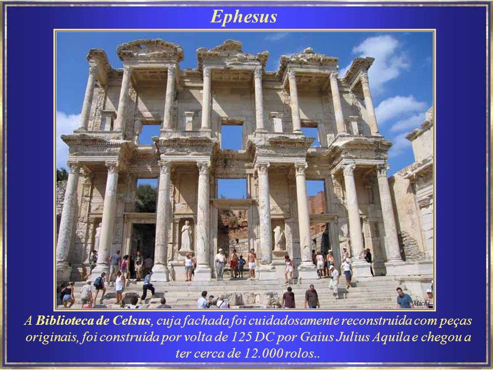Ephesus Reconstruído pelo Imperador Cláudio (ca.50 AD), o original do teatro data do século X AC.