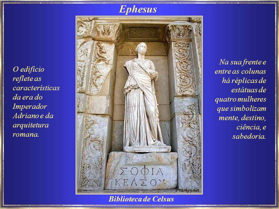 Ephesus A Biblioteca de Celsus, cuja fachada foi cuidadosamente reconstruída com peças originais, foi construída por volta de 125 DC por Gaius Julius Aquila e chegou a ter cerca de 12.000 rolos..