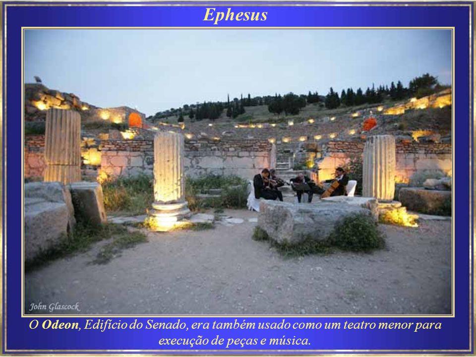 Ephesus Biblioteca de Celsus O edifício reflete as características da era do Imperador Adriano e da arquitetura romana.