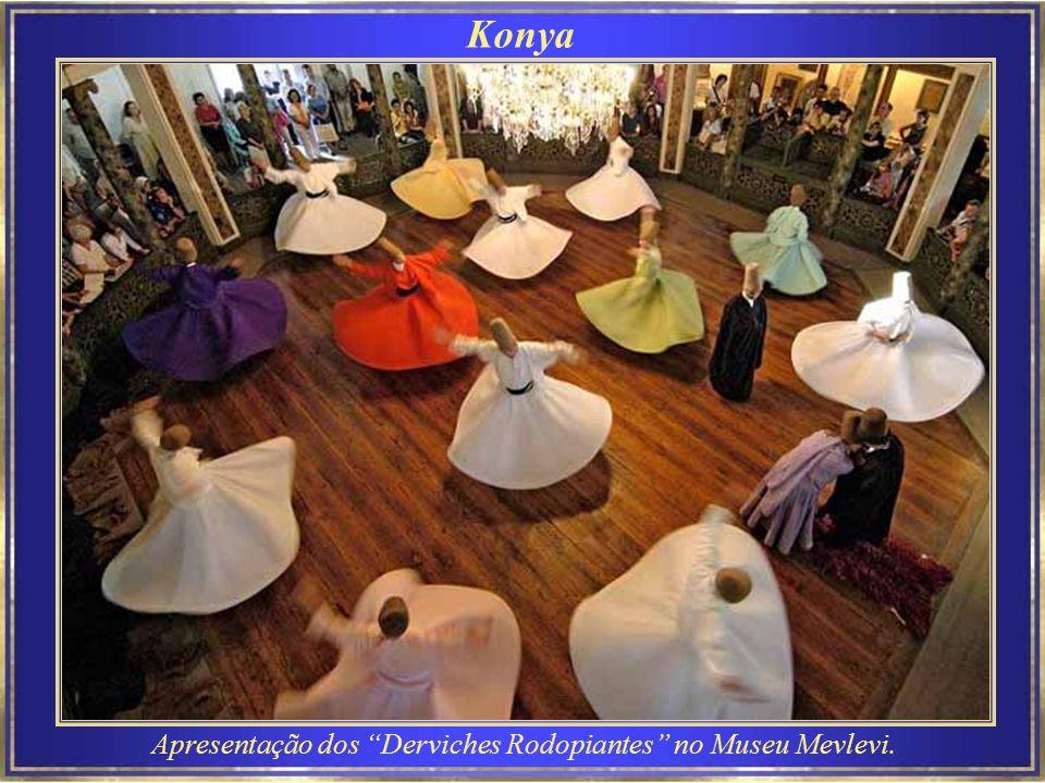 Pamukkale é uma atração turística da Turquia, onde Pamukkale significa castelo de algodão.