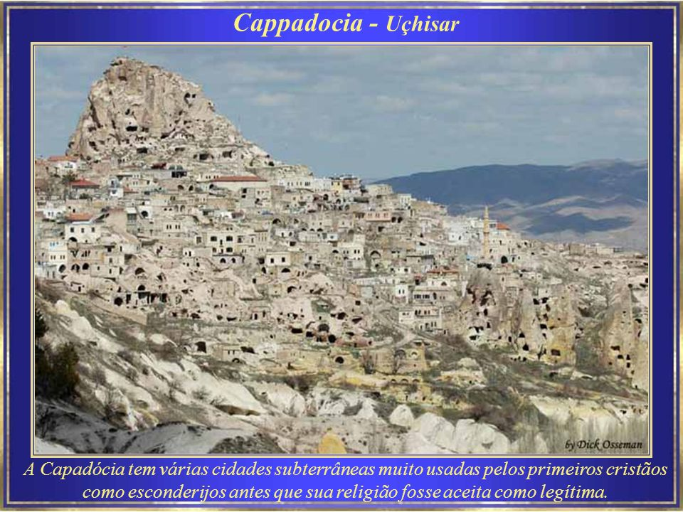 Cappadocia Do alto do morro de rocha natural, conhecido como forte de Uçhisar, pode-se ver muitas das formações vulcânicas da Capadócia.