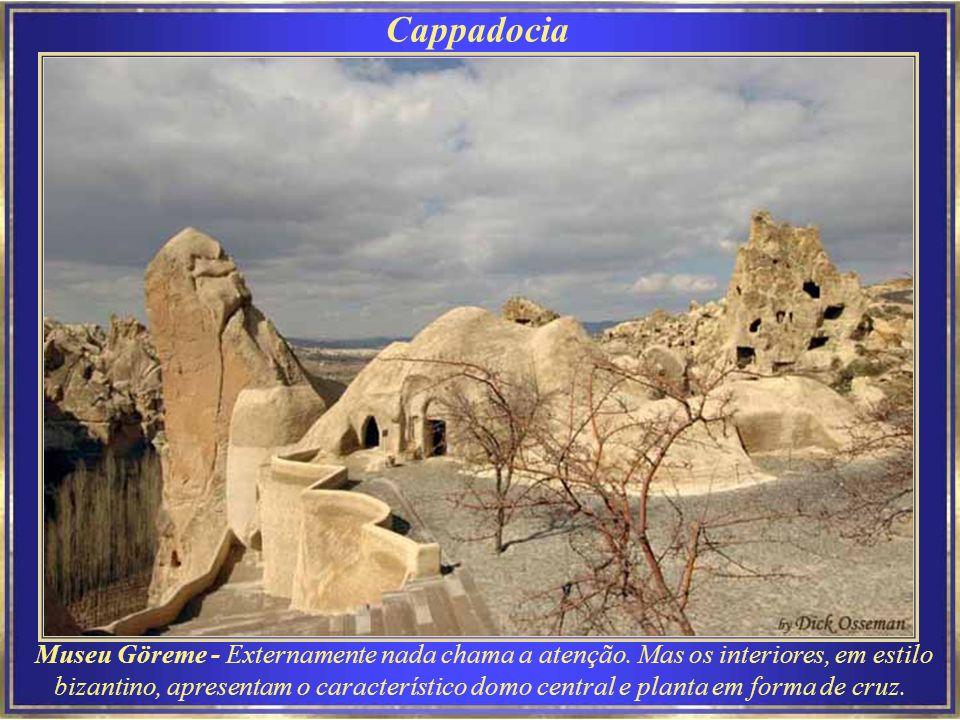 A Capadócia tem várias cidades subterrâneas muito usadas pelos primeiros cristãos como esconderijos antes que sua religião fosse aceita como legítima.