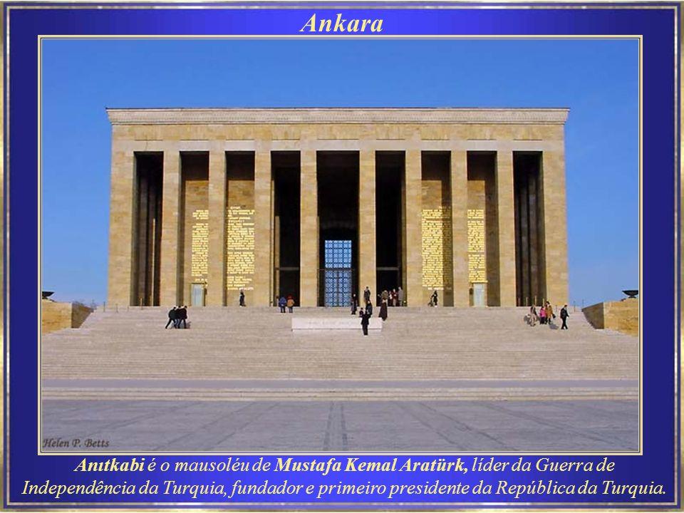 Ankara Anıtkabi é o mausoléu de Mustafa Kemal Aratürk, líder da Guerra de Independência da Turquia, fundador e primeiro presidente da República da Turquia.