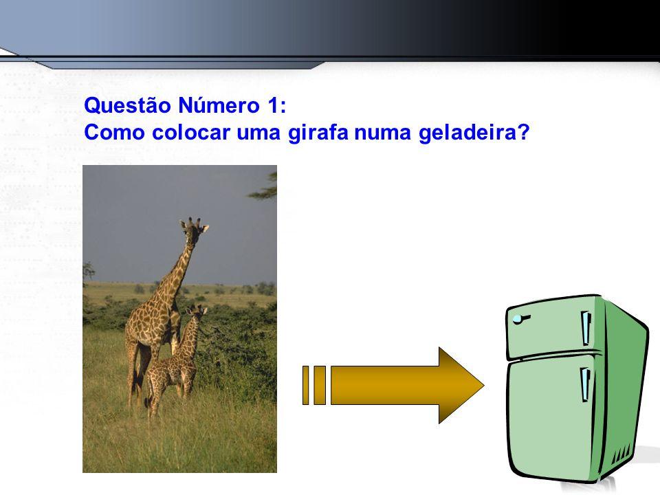 A resposta certa é: Abra a geladeira, coloque a girafa dentro e feche a porta.