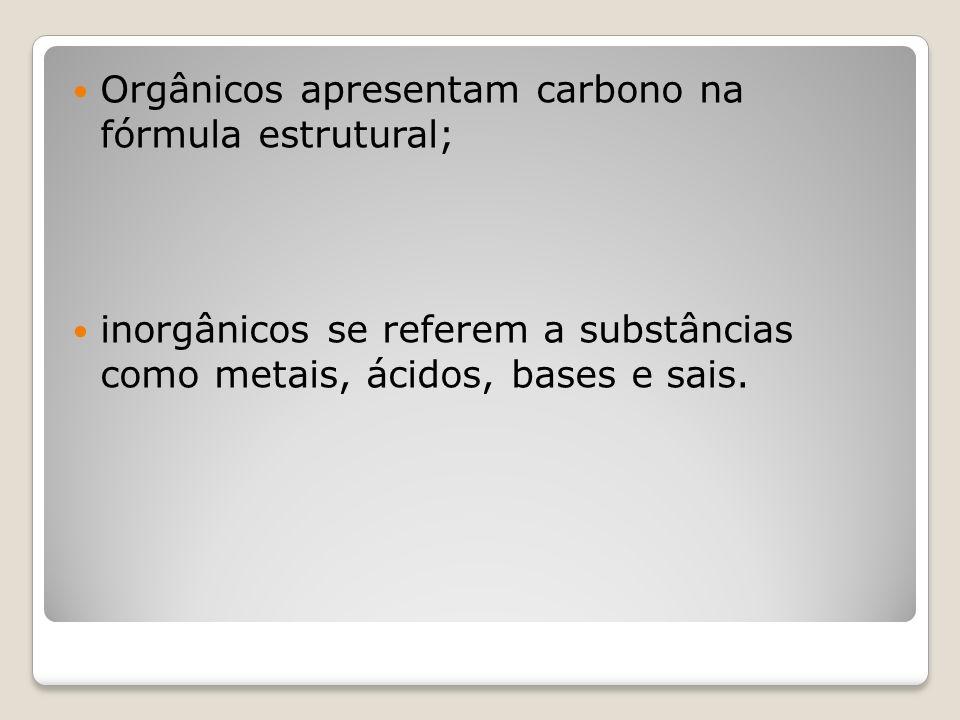 Orgânicos apresentam carbono na fórmula estrutural; inorgânicos se referem a substâncias como metais, ácidos, bases e sais.
