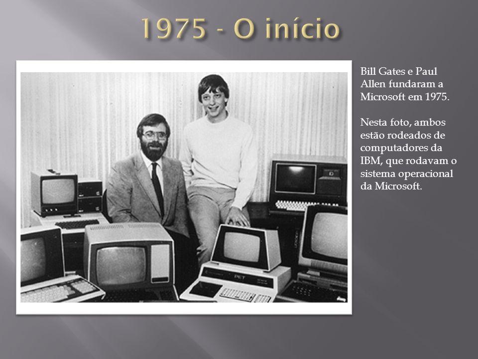 Bill Gates e Paul Allen fundaram a Microsoft em 1975. Nesta foto, ambos estão rodeados de computadores da IBM, que rodavam o sistema operacional da Mi