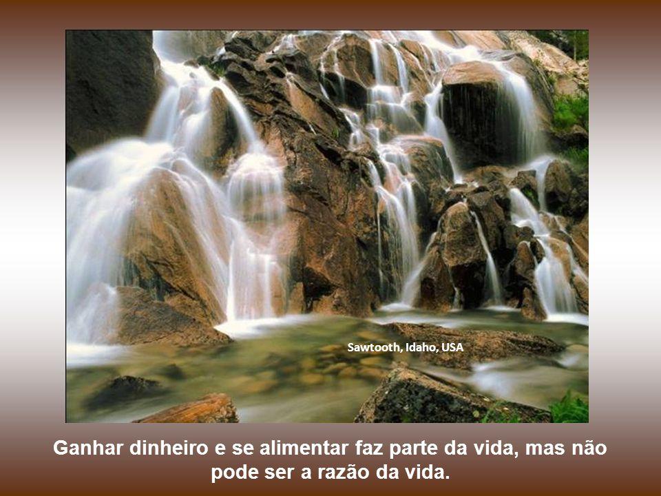 Cachoeiras de Columbia, Oregon, USA Ninguém veio a essa vida com a missão de juntar dinheiro e comer do bom e do melhor.