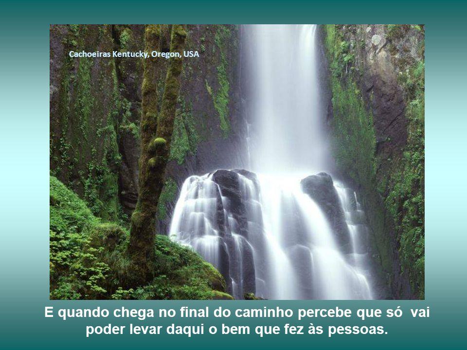 Cachoeiras Iguaçu, Brasil Infelizmente, muita gente se perde nesta viagem e distorce o sentido de sua existência pensando que acumular bens materiais