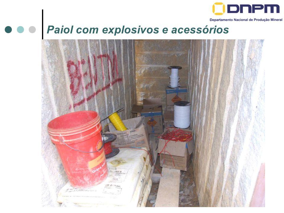 Paiol com explosivos e acessórios
