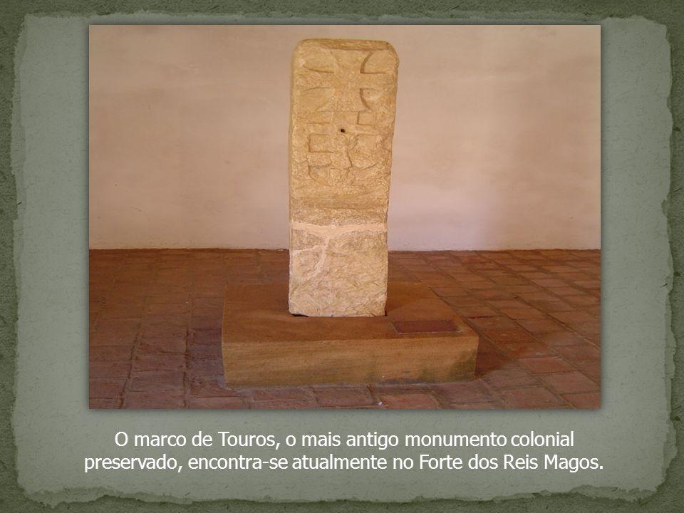 O marco de Touros, o mais antigo monumento colonial preservado, encontra-se atualmente no Forte dos Reis Magos.
