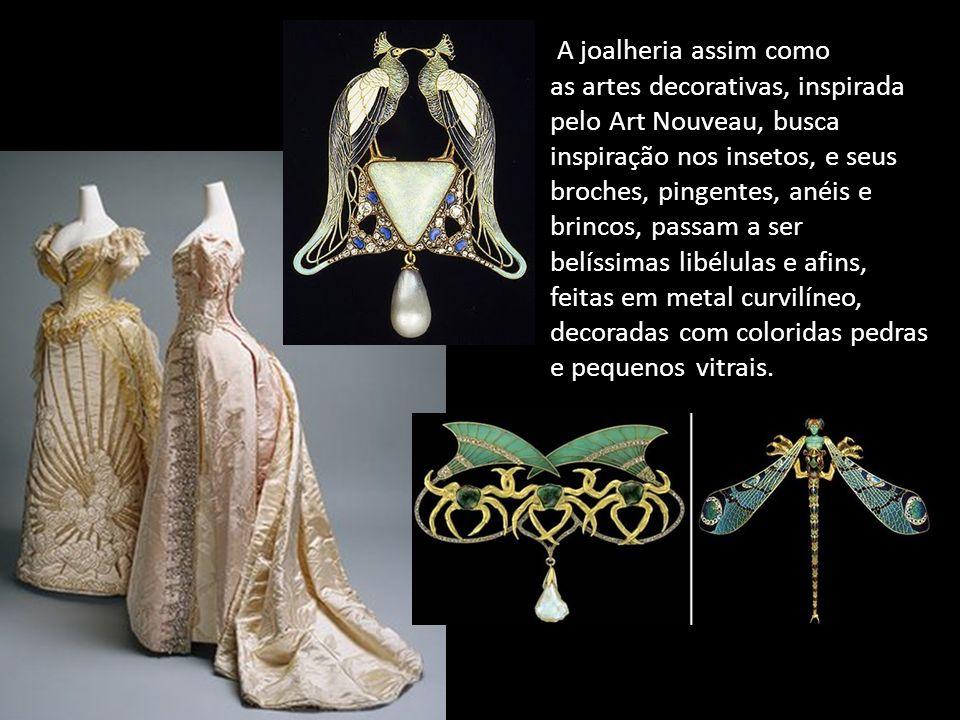 A joalheria assim como as artes decorativas, inspirada pelo Art Nouveau, busca inspiração nos insetos, e seus broches, pingentes, anéis e brincos, pas