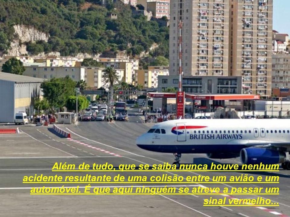 Único no mundo, o aeroporto de Gibraltar situa-se a cerca de 500 metros do centro da cidade. A sua pista de aterragem confunde-se com uma vulgar aveni