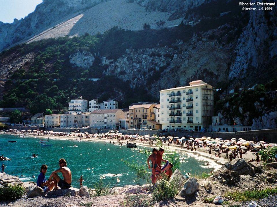 Segundo a mitologia grega, Hércules teria aberto o estreito com seus ombros ligando o Mar Mediterrâneo ao Oceano Atlântico, separando Gibraltar (Europ