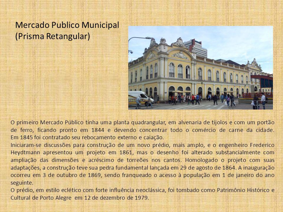 Mercado Publico Municipal (Prisma Retangular) O primeiro Mercado Público tinha uma planta quadrangular, em alvenaria de tijolos e com um portão de fer