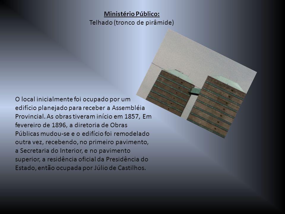 Ministério Público: Telhado (tronco de pirâmide) O local inicialmente foi ocupado por um edifício planejado para receber a Assembléia Provincial. As o