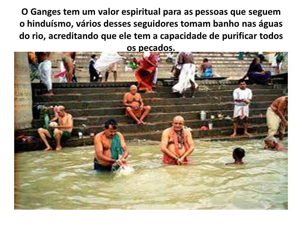 O Ganges tem um valor espiritual para as pessoas que seguem o hinduísmo, vários desses seguidores tomam banho nas águas do rio, acreditando que ele te