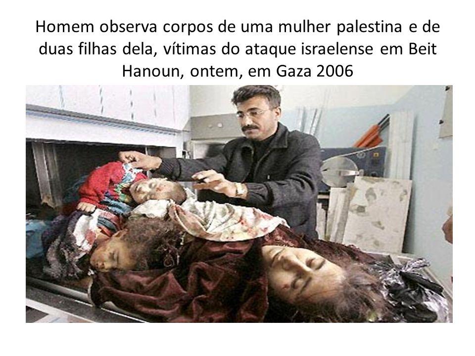 Homem observa corpos de uma mulher palestina e de duas filhas dela, vítimas do ataque israelense em Beit Hanoun, ontem, em Gaza 2006