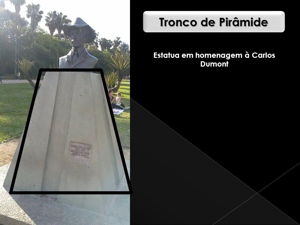 Tronco de Pirâmide Estatua em homenagem à Carlos Dumont