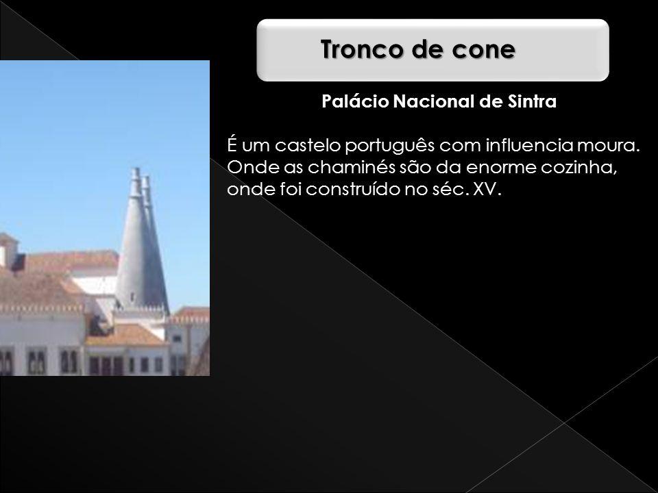 Palácio Nacional de Sintra É um castelo português com influencia moura. Onde as chaminés são da enorme cozinha, onde foi construído no séc. XV. Tronco