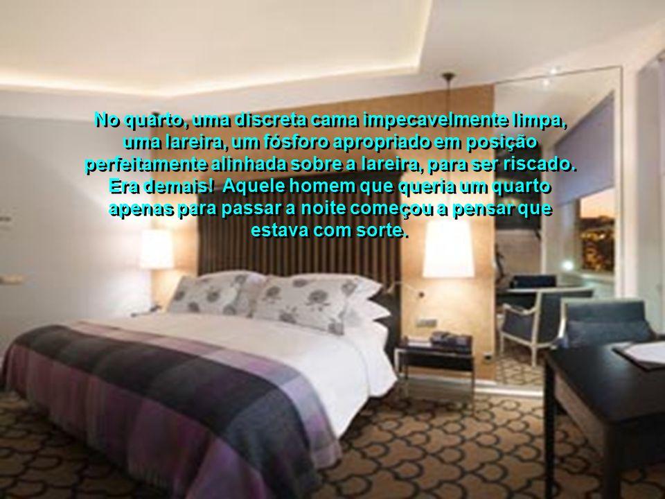 Quando chegou à recepção, o hall do hotel estava iluminado com luz suave. Atrás do balcão, uma moça de rosto alegre o saudou amavelmente: '- Bem-vindo