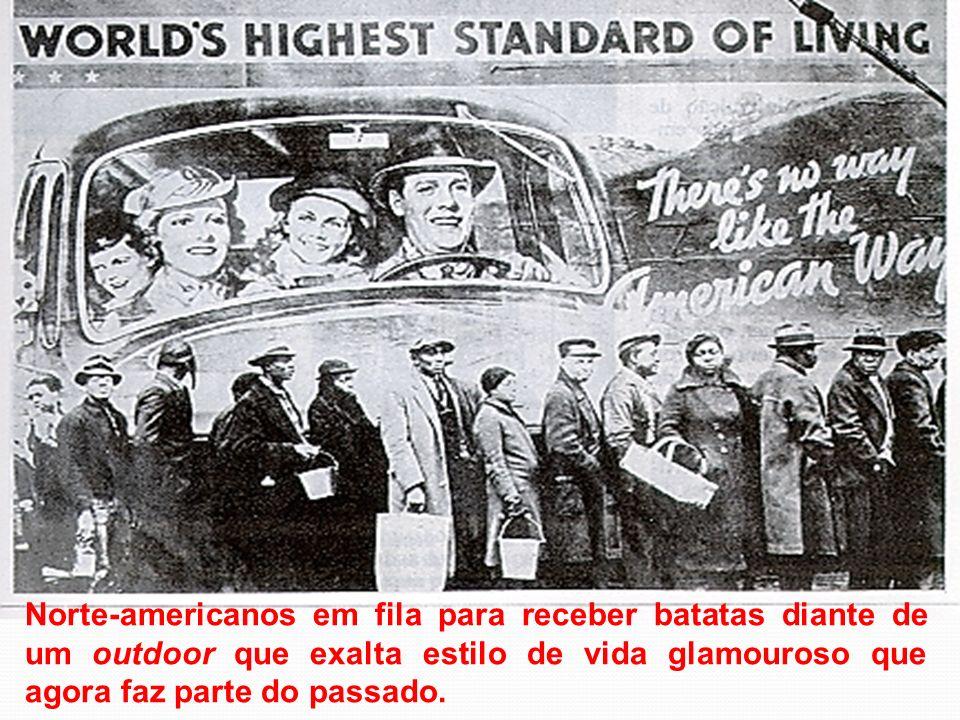 Norte-americanos em fila para receber batatas diante de um outdoor que exalta estilo de vida glamouroso que agora faz parte do passado.