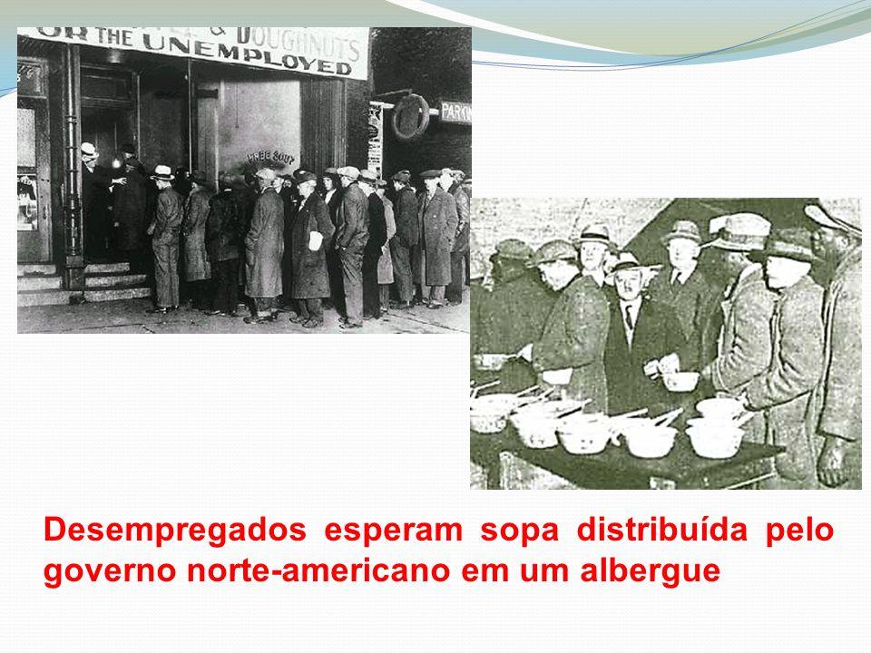 Desempregados esperam sopa distribuída pelo governo norte-americano em um albergue