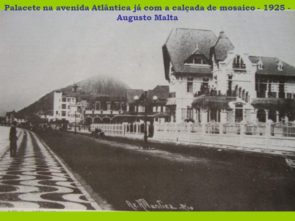 Palacete na avenida Atlântica já com a calçada de mosaico - 1925 - Augusto Malta