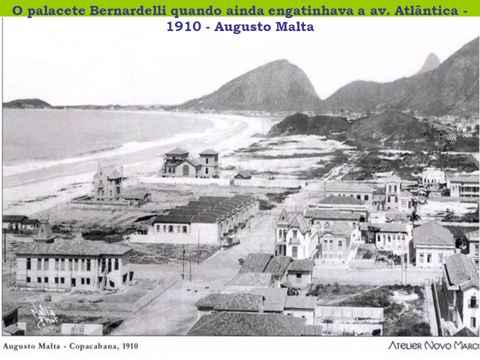O palacete Bernardelli quando ainda engatinhava a av. Atlântica - 1910 - Augusto Malta