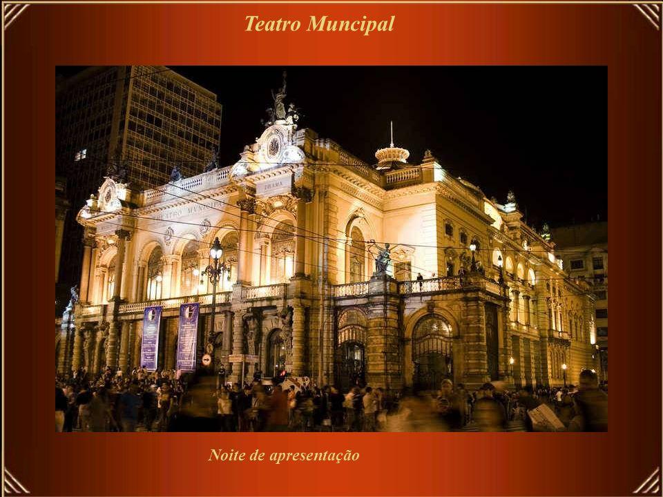 A cidade tem mais de 120 teatros e casas de show, … Teatro Municipal, inaugurado em 1911