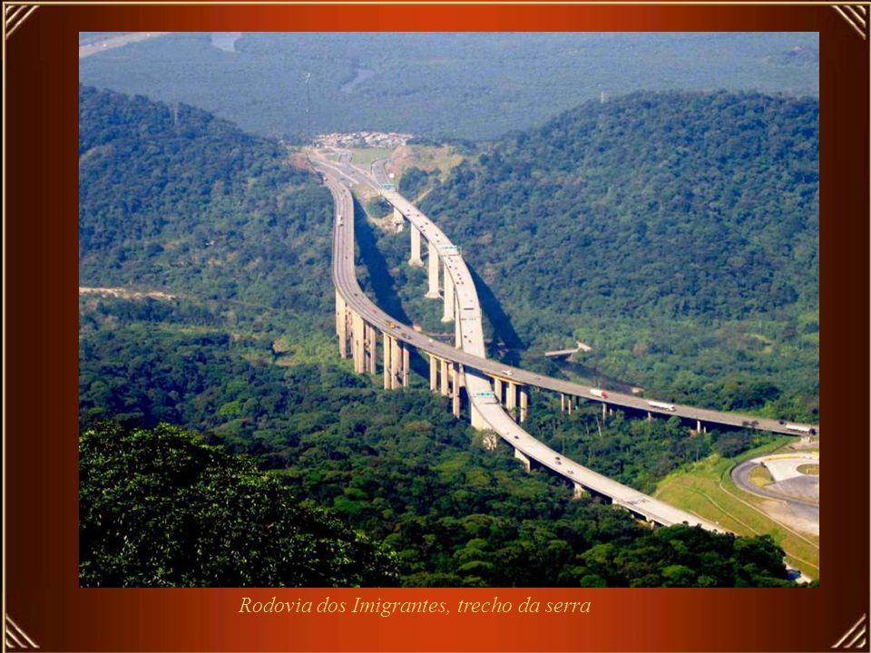 É tambem em São Paulo que estão as melhores rodovias do Brasil, semelhantes às autopistas da Europa Rodovia dos Imigrantes, liga São Paulo à Santos