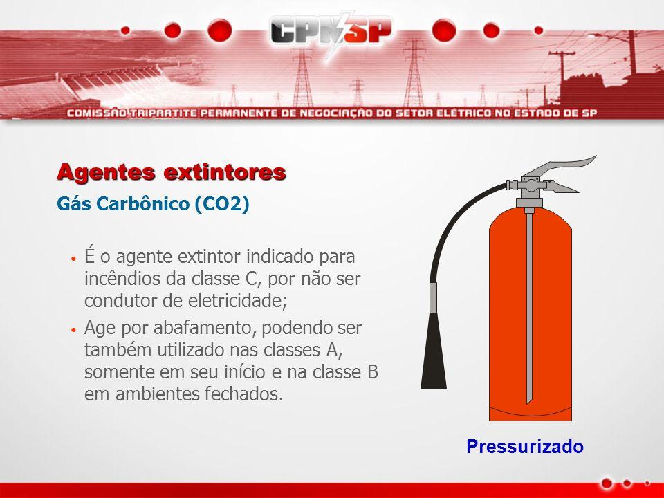 Agentes extintores Gás Carbônico (CO2) É o agente extintor indicado para incêndios da classe C, por não ser condutor de eletricidade; Age por abafamen