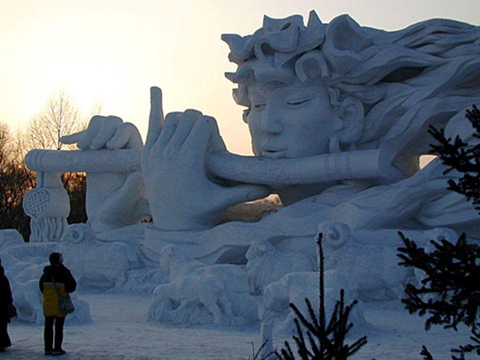 Aqui vê-se o pôr do sol atrás da entrada da escultura. O festival de neve e gelo se estende através da planície ao norte do rio Songhua Jiang em Harbi