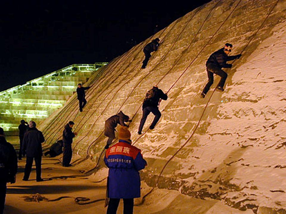 Uma das atividades mais populares durante o festival de gelo é a escalada de parede, também feita de gelo, claro. Todo gelo vem do Songhua Jiang, um a