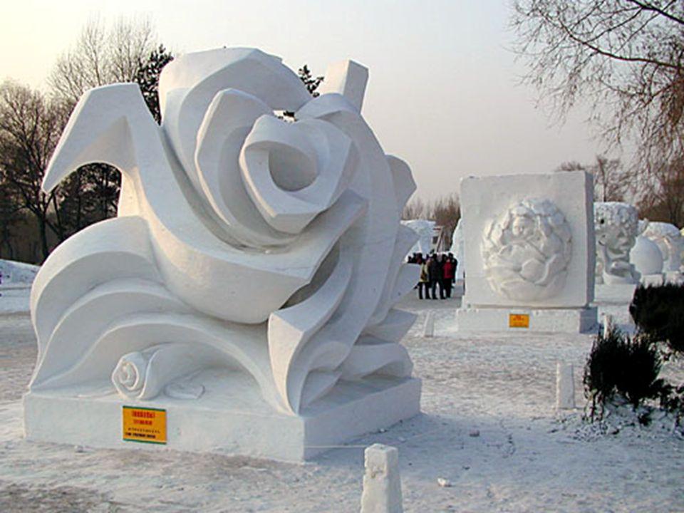 O festival de gelo continua por vários quilômetros de distância.
