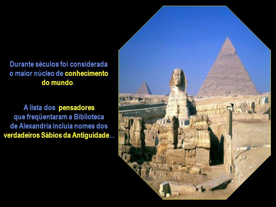 A famosa Biblioteca de Alexandria... erguida nos jardins do Palácio Real reunia conhecimento de todos os povos da terra. Calcula-se que tenha armazena