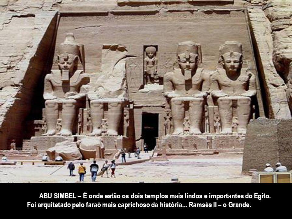 KOM OMBO - a morada de Sebeck – o deus crocodilo... O templo tem um esquema singular... são duplos: um consagrado ao deus Sebeck – o criador do mundo