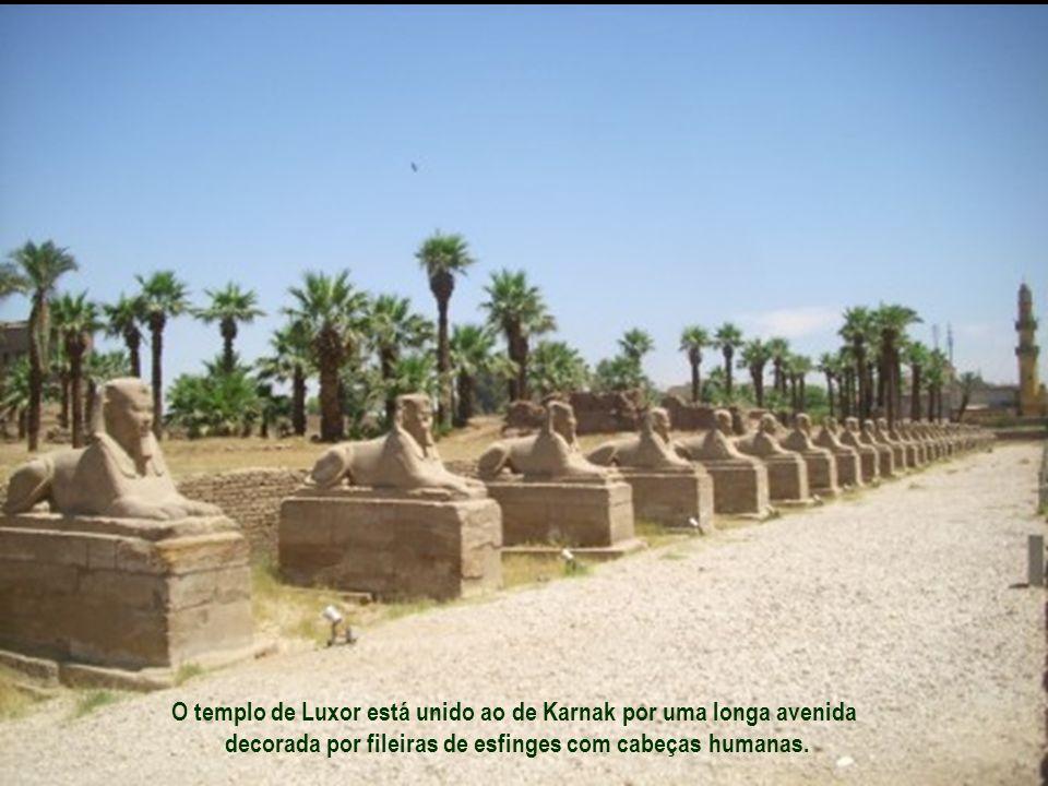 É de arrepiar os dois colossos de granito com 16 m de altura cada um... localizados na entrada do templo... representando o faraó sentado ao trono. Gr
