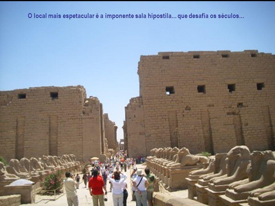 O templo de Luxor está unido ao de Karnak por uma longa avenida decorada por fileiras de esfinges com cabeças humanas.