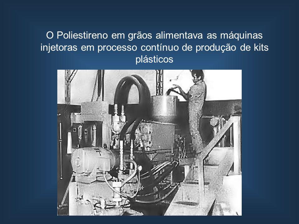 O Poliestireno em grãos alimentava as máquinas injetoras em processo contínuo de produção de kits plásticos