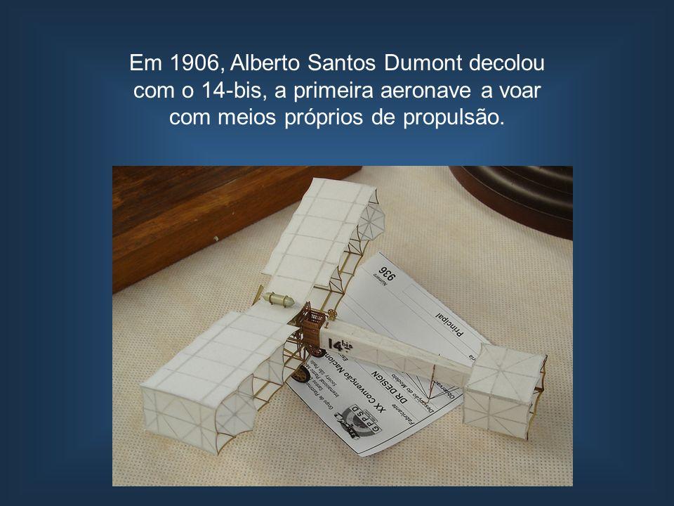 Em 1906, Alberto Santos Dumont decolou com o 14-bis, a primeira aeronave a voar com meios próprios de propulsão.