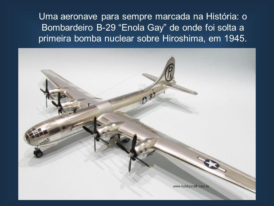 Uma aeronave para sempre marcada na História: o Bombardeiro B-29 Enola Gay de onde foi solta a primeira bomba nuclear sobre Hiroshima, em 1945.