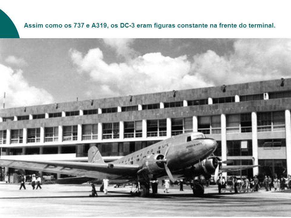 Dois Vickers Viscount da Vasp e ao fundo direito, um Convair da Varig no SDU.