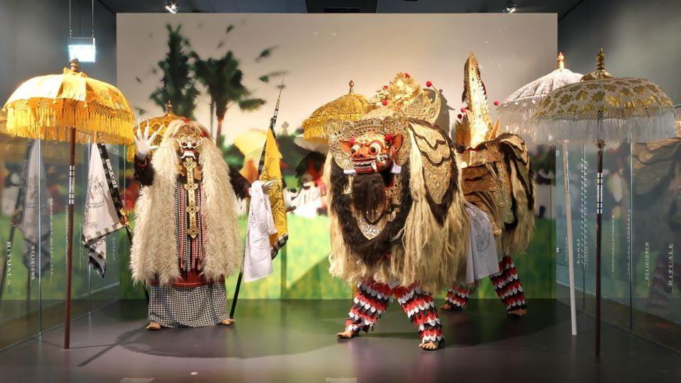As máscaras de Barong e Rangda são considerados objetos sagrados, e antes que eles são trazidos para fora, um padre deve estar presente para oferecer