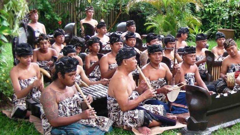 A gamelão é um conjunto musical da Indonésia, normalmente a partir das ilhas de Bali e Java, com uma variedade de instrumentos, tais como metalofones,