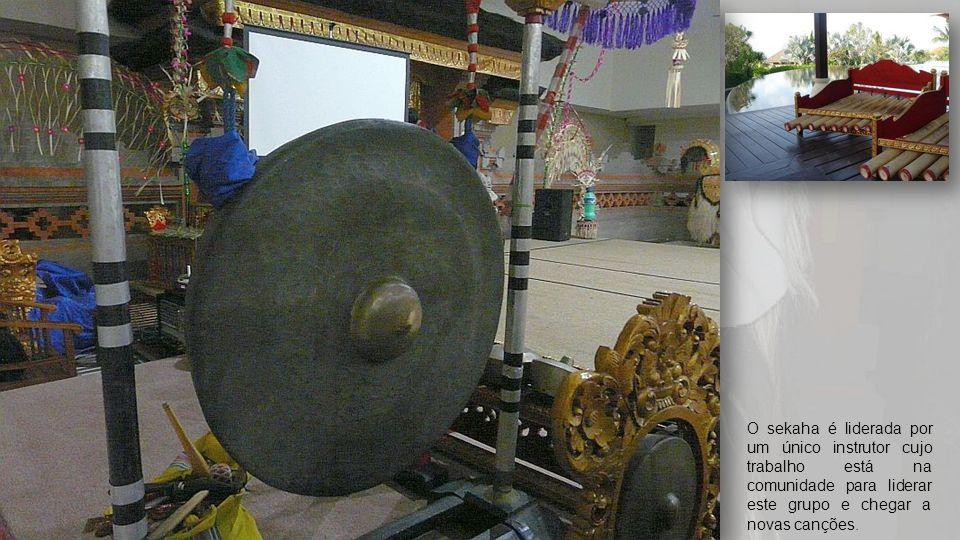 Chocalhos Rattan '5-Ball 'de Bali Em Bali, os instrumentos Gamelan são mantidos juntos no balai banjar, uma sala de reunião da comunidade que tem um g