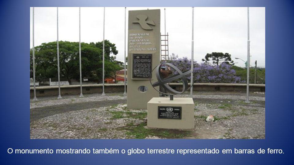 O monumento mostrando também o globo terrestre representado em barras de ferro.