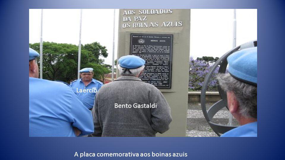 A placa comemorativa aos boinas azuis Laércio Bento Gastaldi