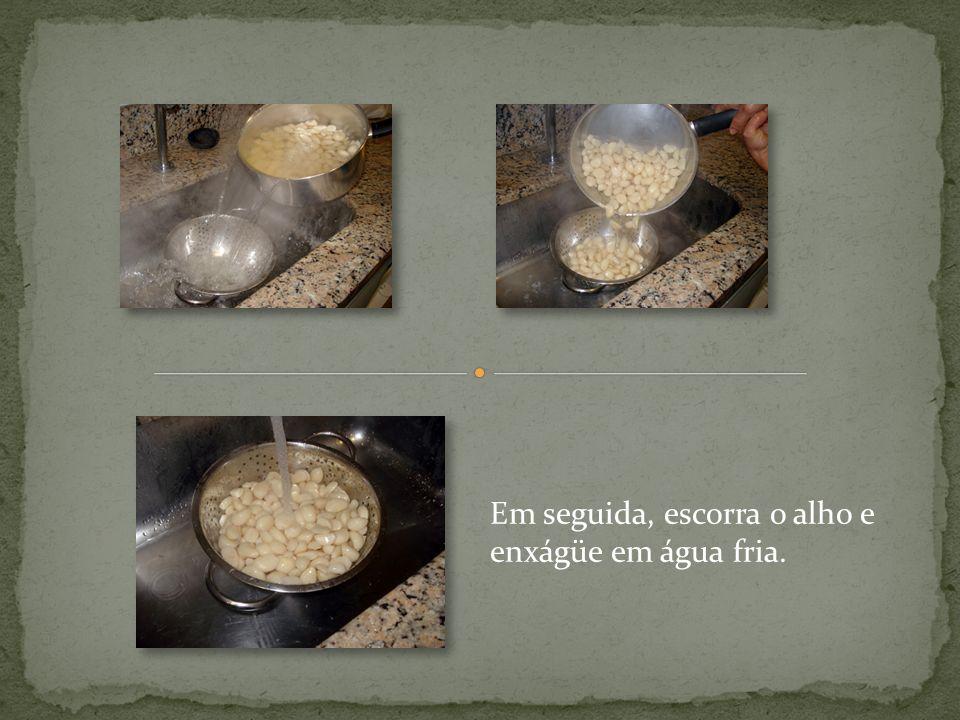 Atenção: o alho não pode ficar molhado. Depois, seque todo o alho com pano.
