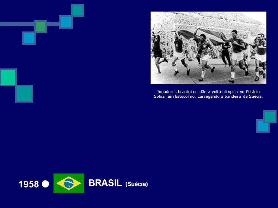 BRASIL (Suécia) 1958 Jogadores brasileiros dão a volta olímpica no Estádio Solna, em Estocolmo, carregando a bandeira da Suécia.