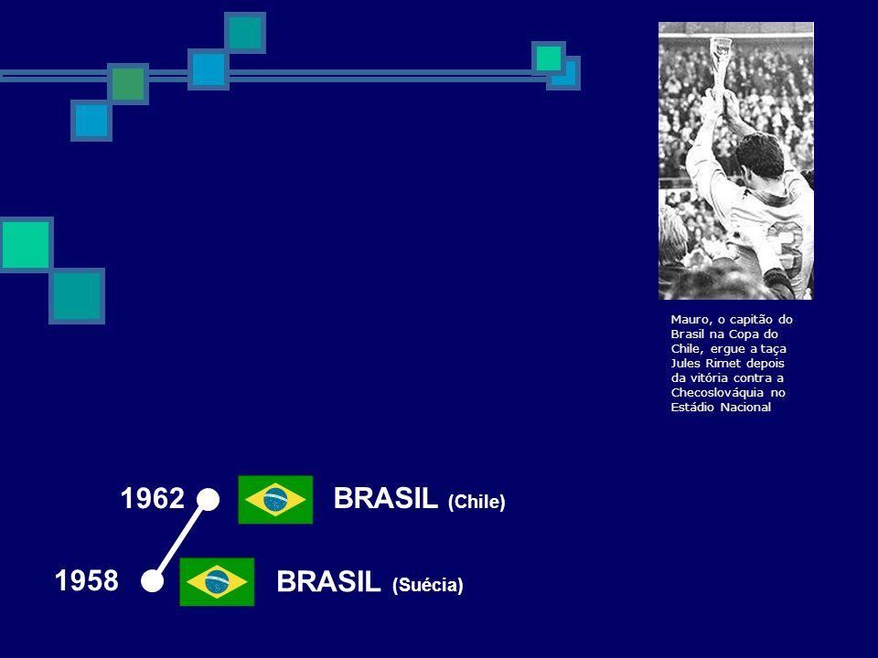 1962 BRASIL (Chile) BRASIL (Suécia) 1958 Mauro, o capitão do Brasil na Copa do Chile, ergue a taça Jules Rimet depois da vitória contra a Checoslováqu